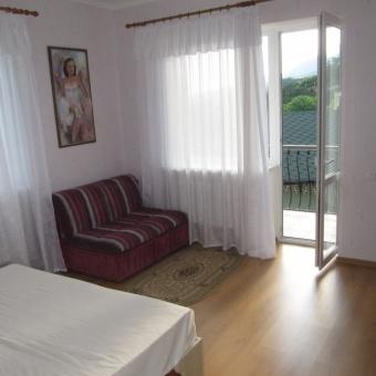 западная спальня с балконом в 3 комнатном