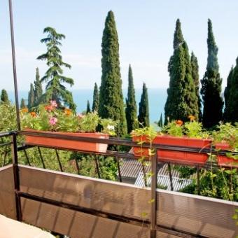 Балкон с видом на горы и море.