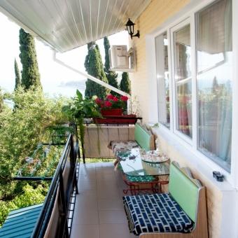 балкон с видом на море и горы