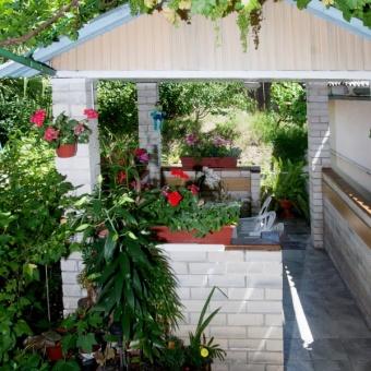 Беседка в саду (зона отдыха и обеденная зона)